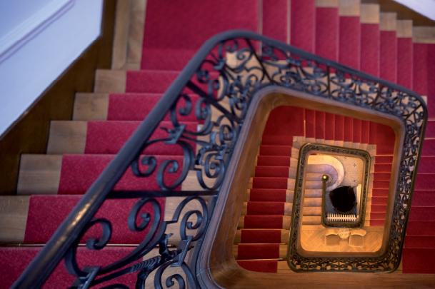 Vu du dessus de l'escalier et son tapis rouge